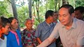 國家主席陳大光頒發禮物給災區同胞。