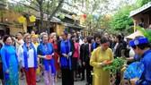 國家主席陳大光夫人阮氏賢(左一)同新加坡、泰國、菲律賓等各經濟體領導人的夫人參觀會安古埠。(圖源:長豐)