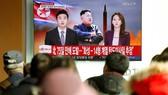 朝鮮電視台播放該國發射彈道導彈消息畫面。(圖源:路透社)