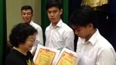 原國家副主席張美華頒助學金給學生。