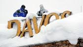 駐守在屋頂積雪中的兩名狙擊手。(圖源:互聯網)
