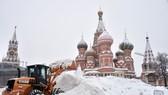 推土機在莫斯科紅場掃雪。(圖源:AFP)