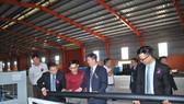 馬順通(右二)向賓客介紹公司產品。