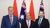 阮春福總理接見澳參議院議長瑞安與眾議院議長史密斯。(圖源:越通社)