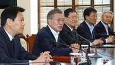 韓國總統文在寅(左二)21日在青瓦台主持召開韓朝首腦會談籌備委員會第二次會議。(圖源:韓聯社)