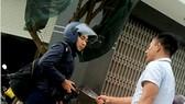 一名男子在歸仁市仁平坊毆打並持刀威脅愈俊記者。(圖源:視頻截圖)