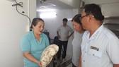 跨部門檢查團在賢慶肉團貿易生產有限責任公司進行檢查肉團產品。