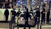 5月13日,在法國巴黎,警察在持刀襲擊事件現場工作。(圖源:新華網)