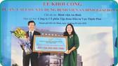 萬盛發集團副總經理文春草代表向安平醫院院長遞交象徵 贊助改建經費牌子。