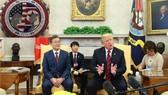 韓總統文在寅(左)同美總統特朗普共同會見記者。小圖為金特會紀念幣。(圖源:韓聯社)