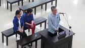 被告丁孟勝站在被告席上答法官問案。(圖源:VOV)