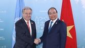 阮春福總理(右)會見聯合國秘書長古特雷斯。(圖源:越通社)