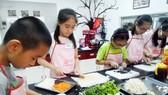 每到暑假家長們都讓小孩參加各種技能班。(圖源:EZcooking)