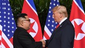 朝鮮領導人金正恩與美國總統特朗普的歷史性握手。(圖源:AFP)