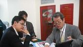 日本企業家與越南企業家洽談合作。
