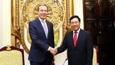 政府副總理、外交部長范平明(右)接見世界經濟論壇(WEF)主席布倫德。(圖源:VGP)