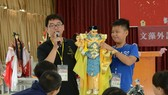 三昧堂創意木偶團隊的老師介紹布袋戲。