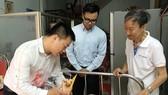 萬盛發集團代表麒麟慰問臥病在床的華人老幹部劉桂大娘。