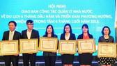 華人企業家陳僑漢(左二)獲市人委會獎狀。
