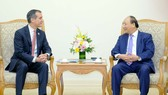 政府總理阮春福(右)接見美國洛杉磯市長埃里克‧加希提閣下。(圖源:VGP)