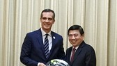 市人委會主席阮成鋒接見美國洛杉磯市長艾瑞克‧加塞蒂。(圖源:VOH)