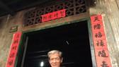 劉仁清站在他位於新福街上的房子門前。