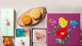 大發月餅禮盒以牡丹花為主,牡丹花象徵著富貴榮華,還有一隻青鳥象徵著幸福快樂。