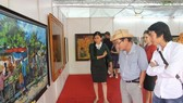 此屆美術展吸引了各界人士前來觀賞藝術作品。(圖源:黃忠)