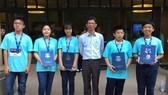 參加2018年世界奧林匹克數學比賽得獎的5名學生同老師合照。