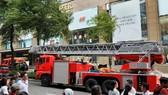市消防警察科聞訊後迅速調派多輛消防車和數十名消防員趕抵現場滅火。(圖源:友科)
