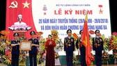 國會主席阮氏金銀(左三)向海警司令部授予三等軍功勳章。(圖源:黃河)