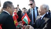 越南僑胞在機場迎接阮富仲總書記。(圖源:VOV)