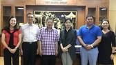 杭慰瑤董事長(左三)與丁向群副主席(左四) 與各代表合影。