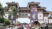 考察團在南山寺前留影。