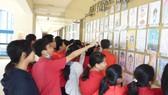 每節下課都聚集許多師生駐足欣賞與討論,頓時成了校園最紅一景。