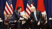 美國總統特朗普(右)與日本首相安倍晉三26日於紐約會面,雙方同意展開雙邊自由貿易協定談判。(圖源:共同社)
