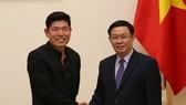 政府副總理王廷惠(右)接見Grab公司執行經理兼聯合創始人陳炳耀。(圖源:VGP)