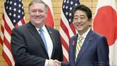 美國國務卿蓬佩奧(左)與日本首相安倍晉三舉行會談。(圖源:共同社)