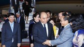 日本外相副大臣Norikazu Suzuki、日本駐越南大使梅田邦夫;越南方面的有越南駐日本大使阮國強偕夫人和越南大使館幹部、職員及在日本的越南人社群等人在機場歡迎政府總理阮春福偕夫人與代表團。(圖源:越通社)