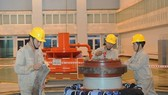 施工組裝水力發電廠設備。