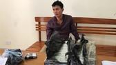 被抓獲的毒販阮玉益與海洛因物證。(圖源:嘉興)