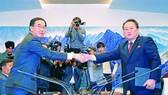 韓方代表團團長趙明均與朝鮮代表團團長李善權在會談前握手。(圖源:路透社)