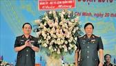 第七軍區政委陳懷忠海軍上將(左)代表第七軍區政委向市司令部贈送鮮花表示祝賀。(圖源:越通社)