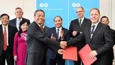 政府總理阮春福見證越南與丹麥企業簽署合作文件。(圖源:越通社)