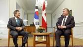 當地時間10月20日,在丹麥哥本哈根克裏斯蒂安堡宮,韓國總統文在寅(左)同丹麥首相拉斯穆森進行交談。(圖源:韓聯社)