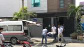 Cienco 6 副總經理N.P.A.在樓梯處上吊身亡。圖為職能力量將屍體送上救護車,運往太平間進行深度死亡調查。(圖源:黎映)