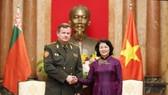國家副主席鄧氏玉盛(右)接見白俄羅斯國防部長拉夫科夫。(圖源:越通社)
