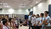 愛心行動慈善組親自前往慰問剛做完手術的貧困視障者,祝願他們早日康復。