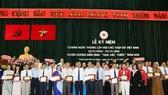 單位和個人獲得「慈善之花」紀念章。