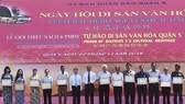 第五郡人委會領導同獲獎狀的各華人會館代表及其他單位在獎狀頒發儀式上合照。
